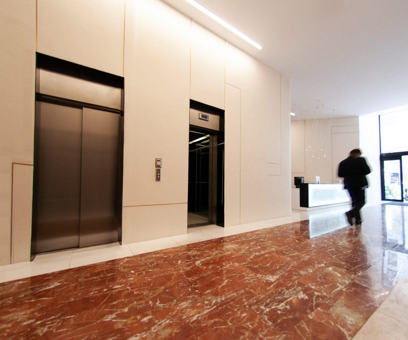 arquitectura_corporativa_diseno_interiores_oficinas_recepcion_mostrador_led_lampara_vibia
