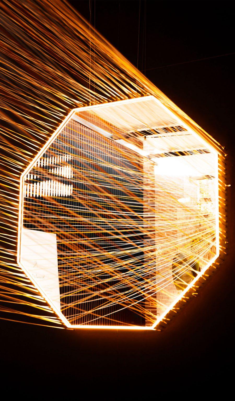 diseno_exposicion_efimera_espacio_strand_light_espejo_iluminacion_hilos