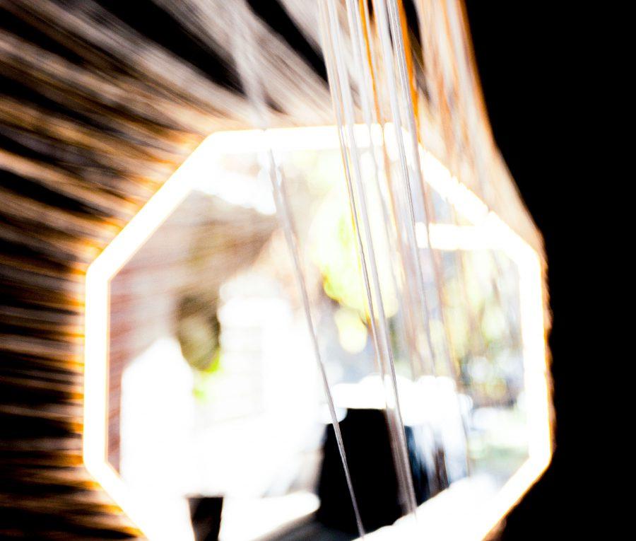 detalle_diseno_exposicion_efimera_espacio_evento_strand_light_espejo_octogonal_retroiluminacion_conexion_hilos