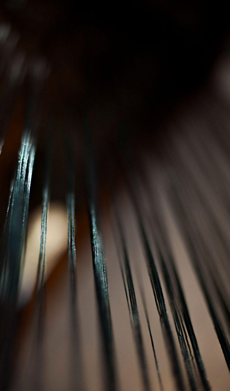 detalle_diseno_exposicion_efimera_espacio_evento_strand_light_cortina_hilos_espejo_negro