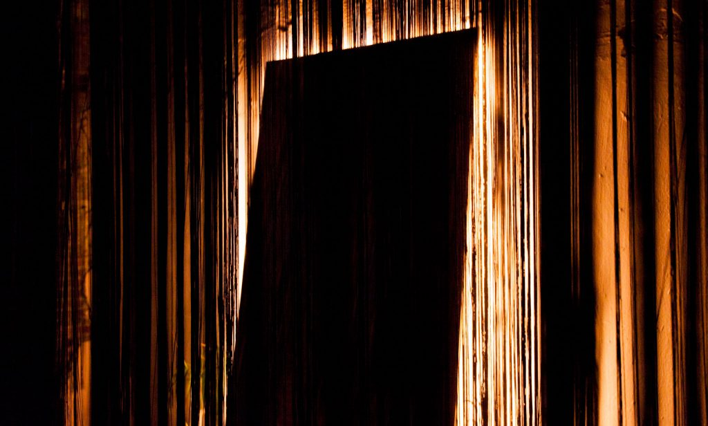 diseno_exposicion_efimera_espacio_strand_light_espejo_negro_retroiluminacion_cortina_hilos_detalle