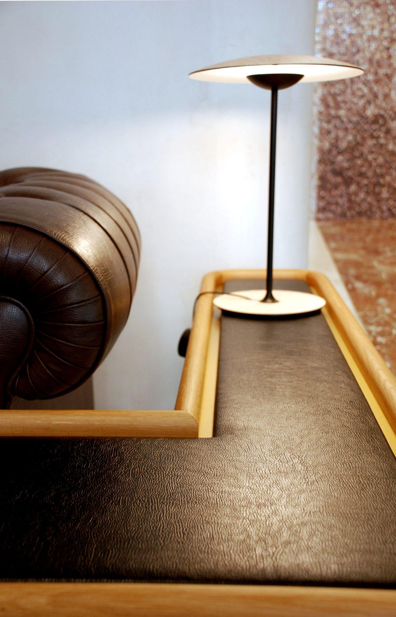 arquitectura_corporativa_diseno_interiores_oficinas_zona_espera_lampara_sobremesa_marset