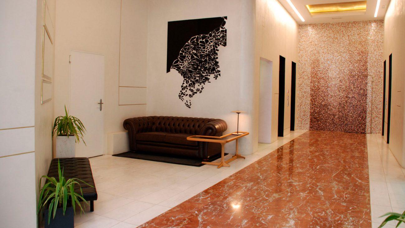 arquitectura_corporativa_diseno_interiores_oficinas_zona_espera_decoracion_trencadis_arte