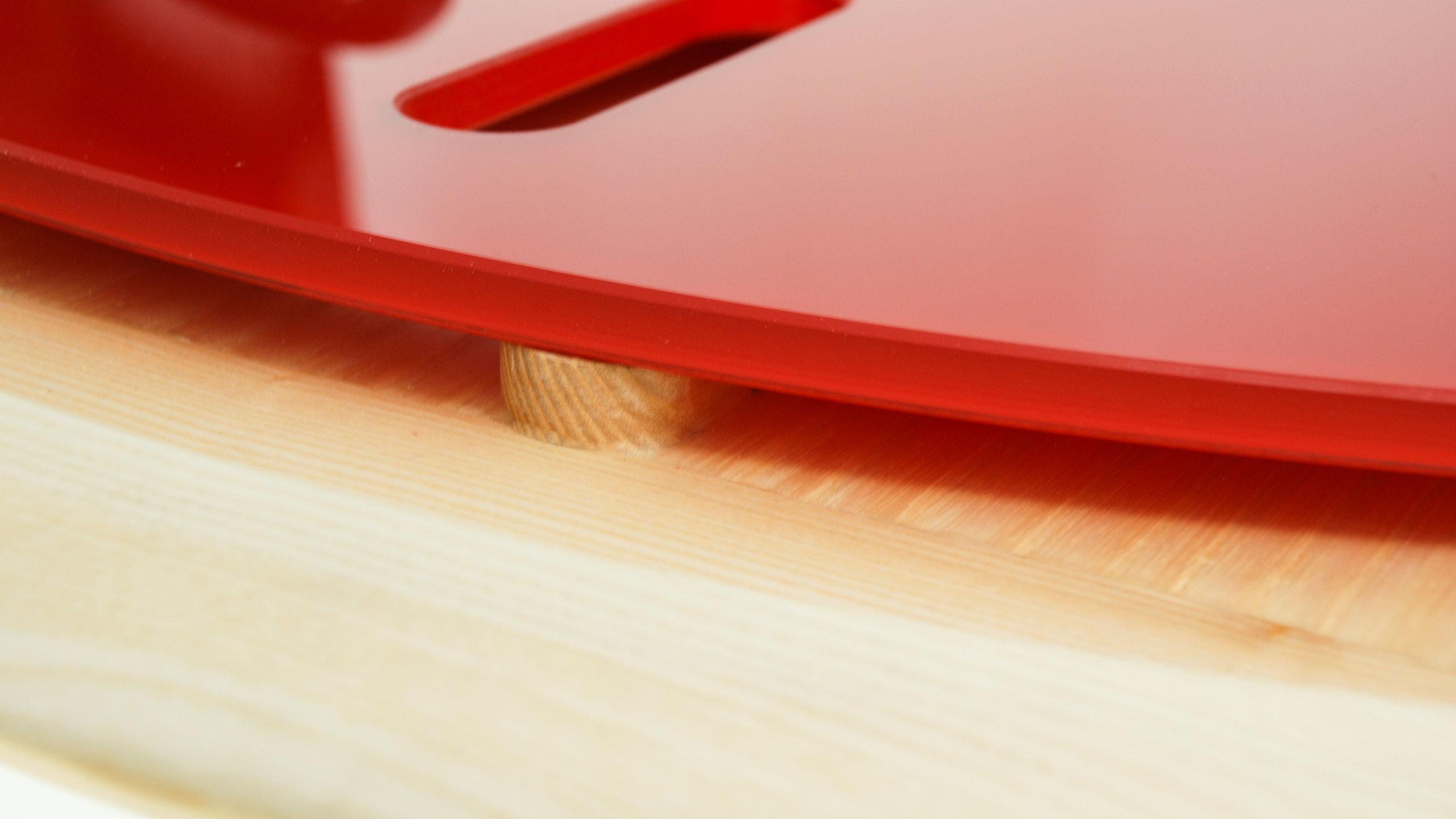 detalle_diseno_producto_mobiliario_mesa_cret_cret_madera_fresno_cristal_rojo