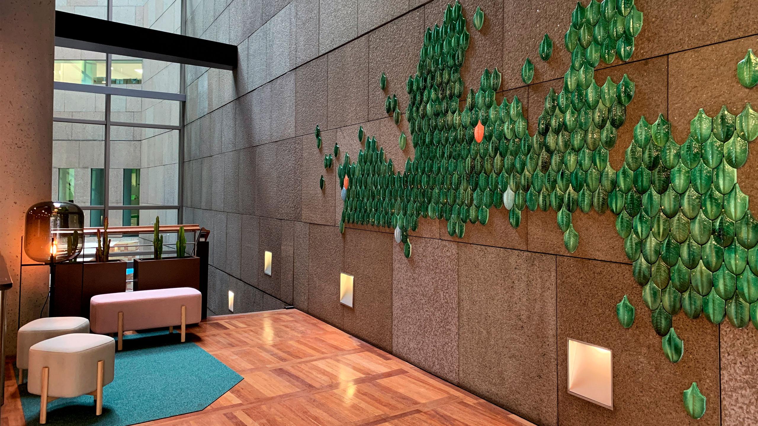 arquitectura_corporativa_zona_espera_diseno_interiores_lampara_pulpo_mobiliario_muuto_macetas_hobbyflower