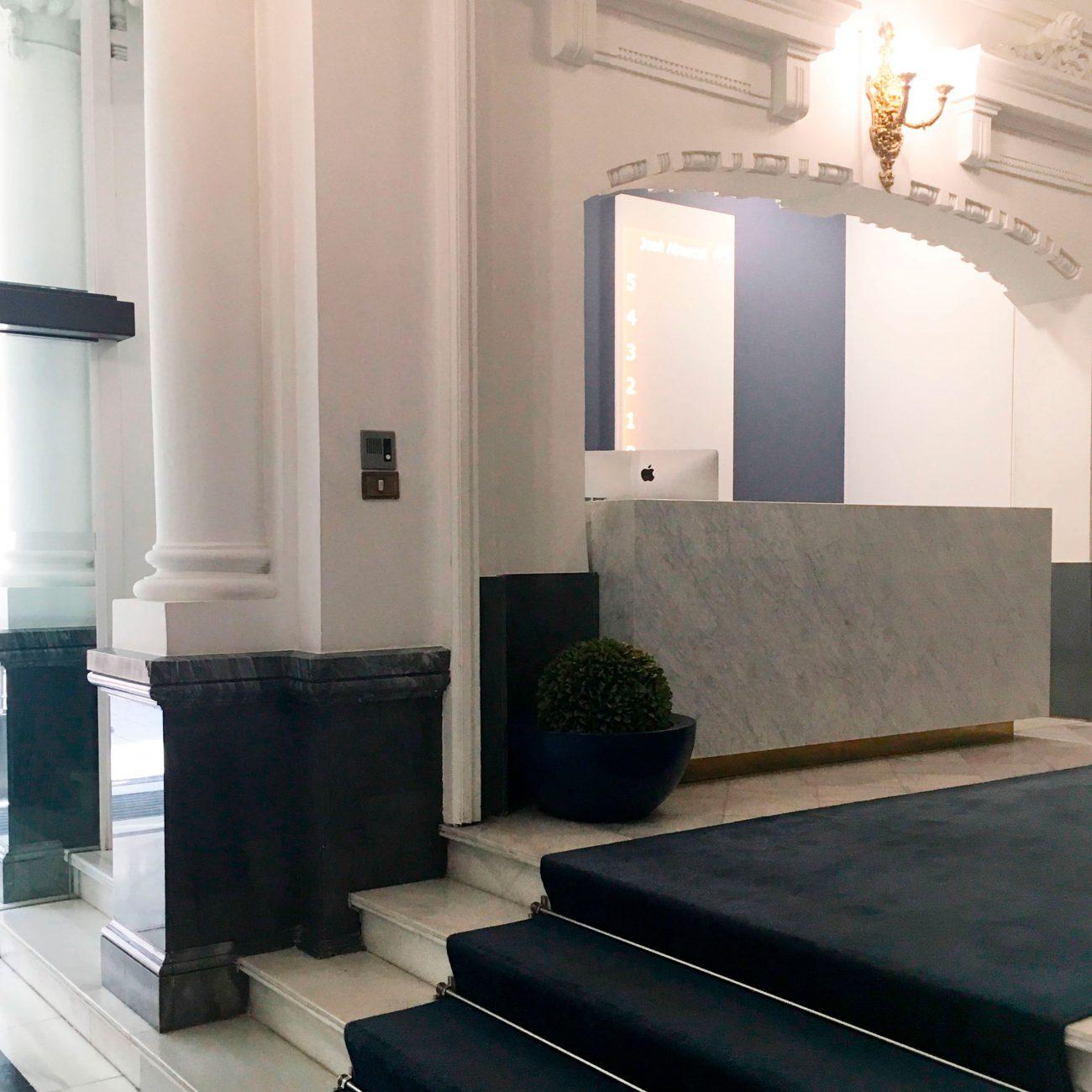 arquitectura_corporativa_diseno_interiores_recepcion_azul_edificio_oficinas