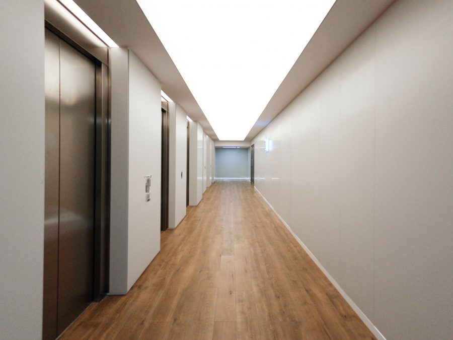 arquitectura_corporativa_diseno_interiores_vestibulo_oficinas_suelos_porcelanosa