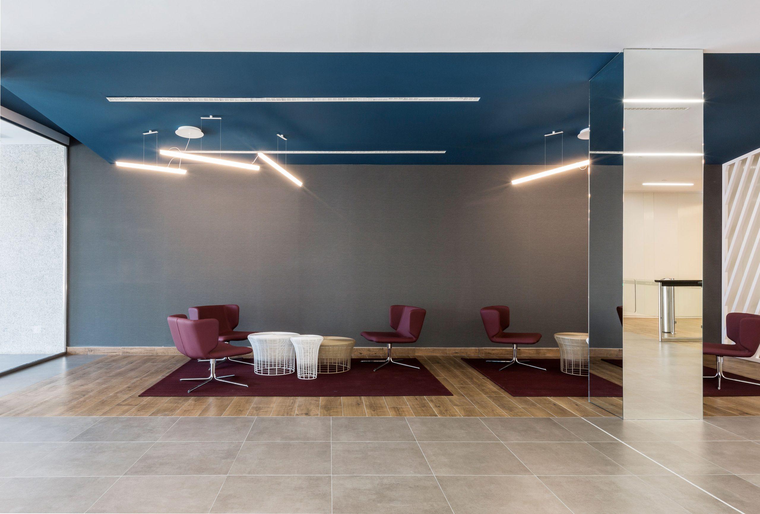 arquitectura_corporativa_zona_espera_oficinas_alfombras_interface_lamparas_vibia