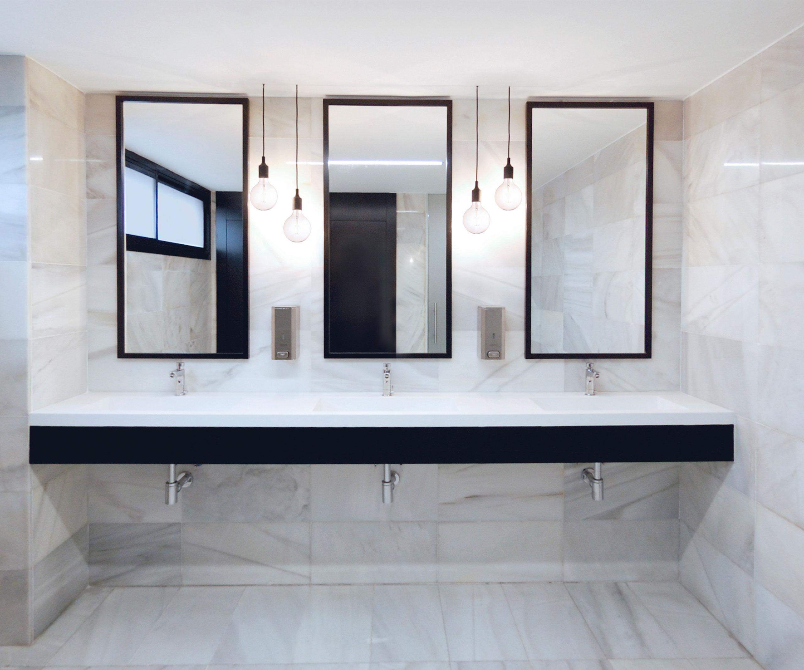 arquitectura_corporativa_diseno_wc_aseos_oficinas_blanco_negro_lavabos_porcelanosa_lamparas_muuto