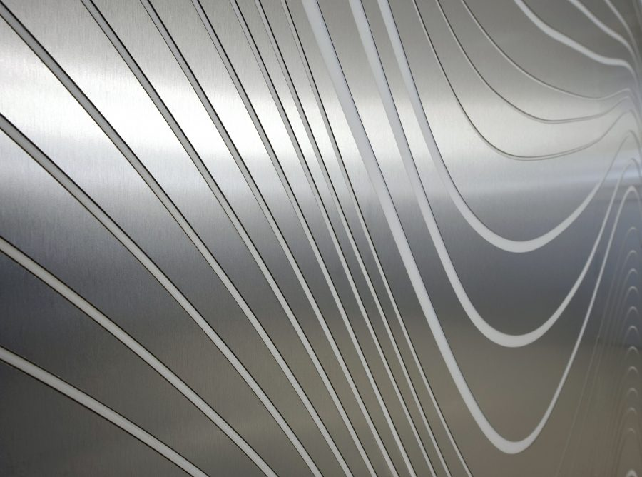 revsetimiento_paredes_dm_himacs_blanco_formica_acero_fresado_ondas